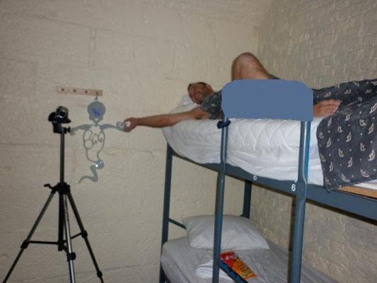 """Suite à l'Orbe observé dans le viseur de la caméra, Stéphane souhaite bonne nuit à la mascotte nommée """"Ghostory"""" avant de se coucher."""