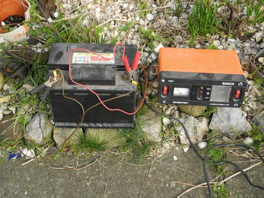 Autobatterie (alt) und Ladegerät (vermutlich noch älter)