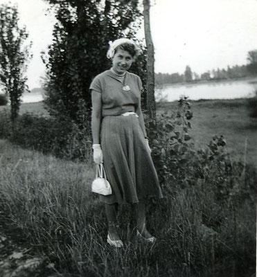Hedi Müller 1954 mit Hütchen und Handschuhen