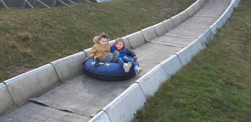 Elias und Milo beim Reifenrodeln