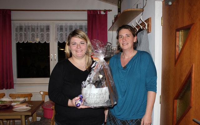 Claudia Härtl überreichte Conni Geschenk