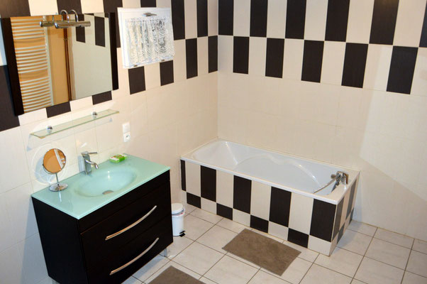 Salle de bains avec baignoire - gîte pour vacances au plus près de la nature