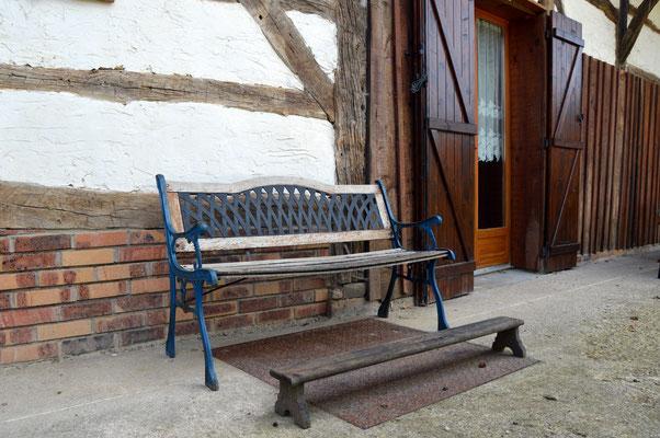 Un banc - façade arrière - location de vacances près de VERDUN