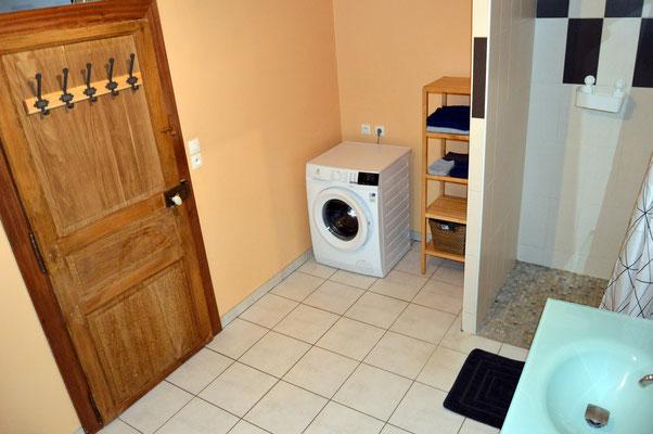 Vaste salle de bains avec douche à l'italienne, machine à laver le linge - location vacances en famille Grand-Est