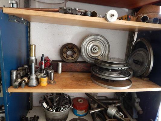 Una veduta di parte della attrezzatura per la formatura dei dischi delle ruote