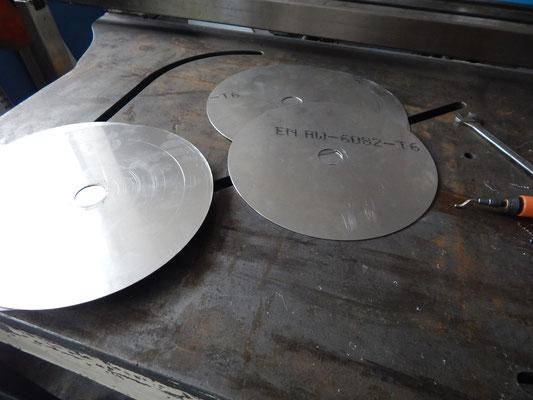 Si tagliano i dischi alla cesoia manuale