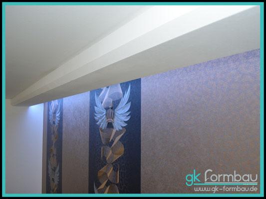 Lichtvoute mit Schattenfuge aus Gipskarton Wand mit Pompoes Tapete aus der Harald Gloeckler Edition in Szene gesetzt