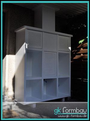 Holzregal auf Maß im Außenbereich mit Türen