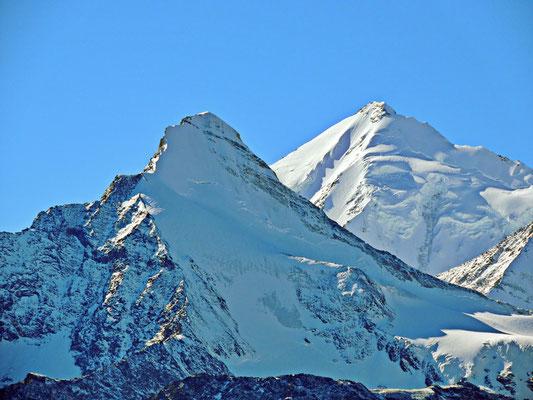Im Vordergrund das Brunegghorn auf 3833 m ü. M. , im Hintergrund das Weisshorn auf 4505 m ü. M.