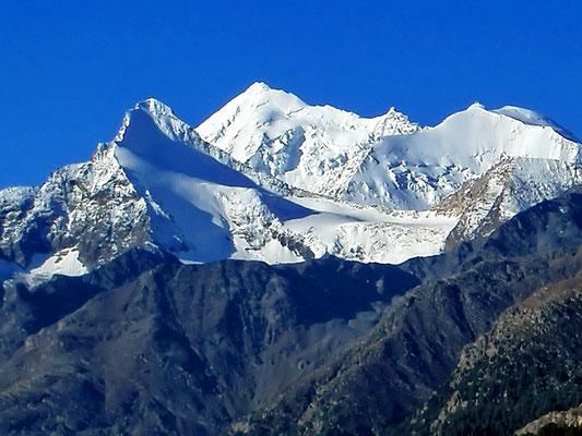Im Vordergrund das Brunegghorn auf 3833 m ü. M. , im Hintergrund das Weisshorn auf 4505 m ü. M. und rechts davon das B