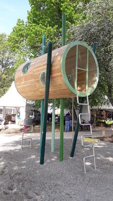 modernes Baumhaus mit Stahlpfosten