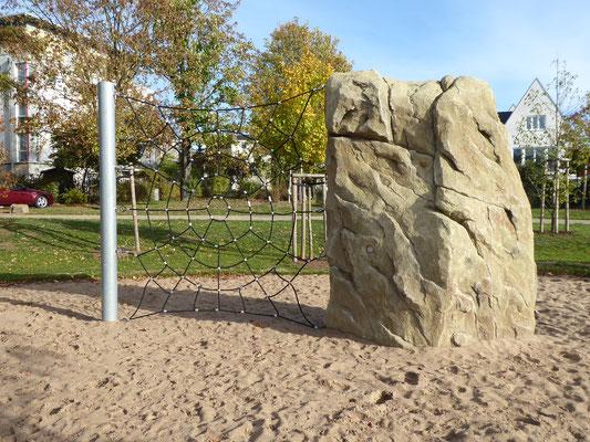 Kletterfels mit Spinnennetz und Stahlpfosten für kleinere Flächen