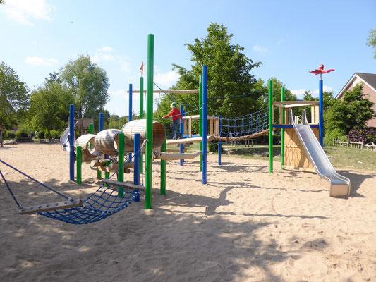 Spielanlage mit Felstreppe und Fässerbrücke, Hängematte