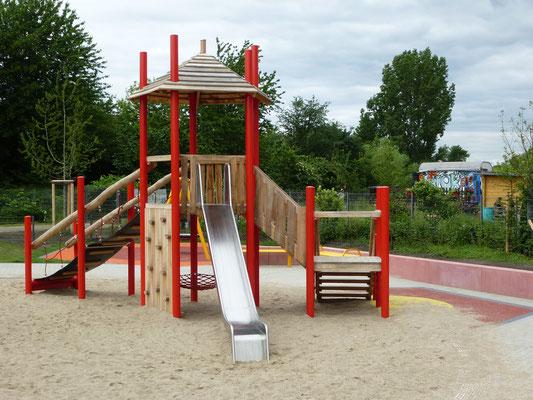 Spielkombi mit Kletterwand und Rutsche mit Stahlpfosten