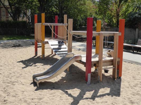 Kleinkinderspielanlage mit Rutsche und Bauspielanlage in Eichenkantholz