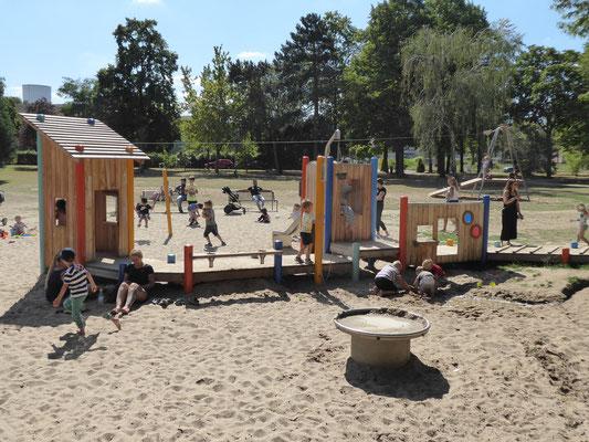 Spielsteg mit Sandaufzügen, Spielwänden und Kistentürmen
