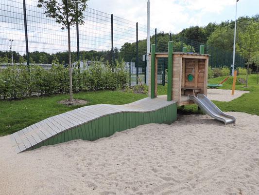 kleines Spielhaus mit Krabbelrampe U3