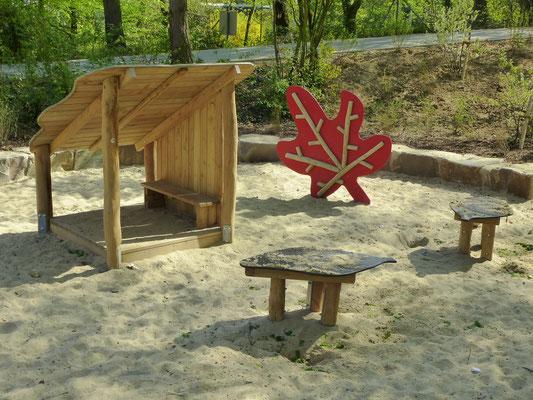 Kleinkinderbereich mit Backtisch, Kletterahorn und Blätterhütte