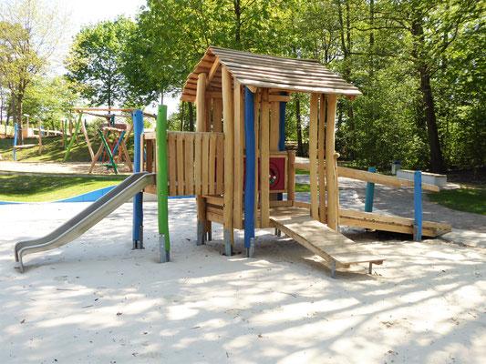 kleines Spielhaus mit barrierefreiem Zugang, Kleinkinderrutsche