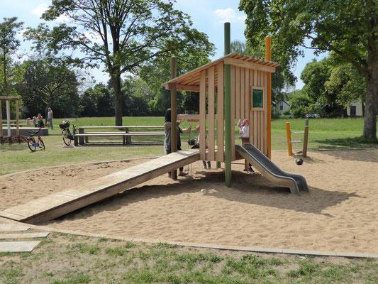 Spielhaus mit Schütte und Sandaufzug, farbigem Fenster und Rampe