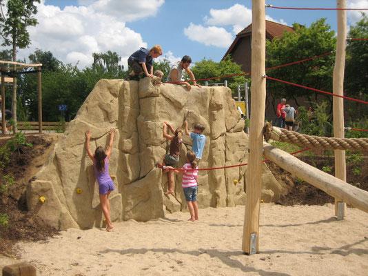 Kletterfelsen zur Hangsicherung in Kombination mit einer Balancieranlage