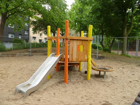 Bauspielanlage aus Robinie mit Matschtisch, Sandaufzug und Rutsche