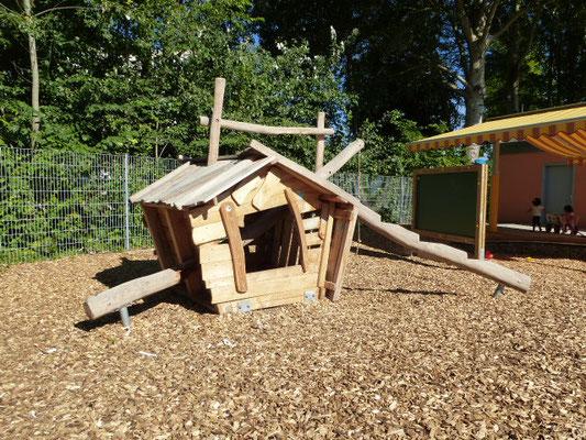 gefälltes Baumhaus, kann innen und auch übers Dach bespielt werden