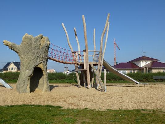 Betonbaum in Kombination mit einer Hängebrücke und Baumpodest