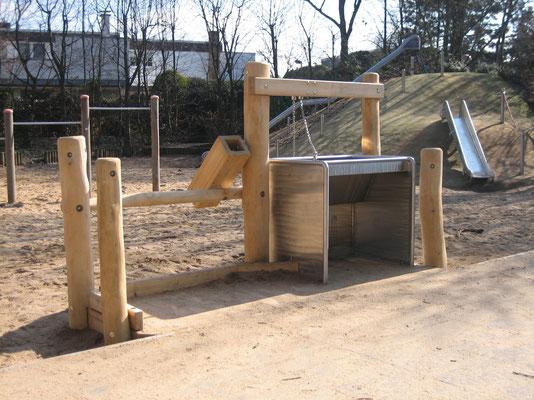 unterfahrbarer Sandspieltisch mit Sandschütte und Eimer