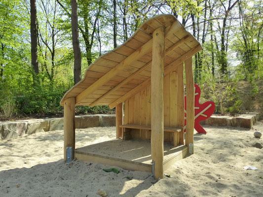 Spielhaus mit schrägem Dach