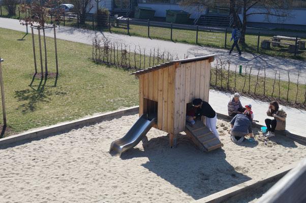 kleine Stelzenhütte mit Rutsche
