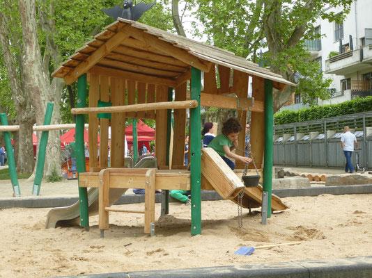 Spielhaus Fledermaus mit Sandaufzug, Minirutsche, Rampe