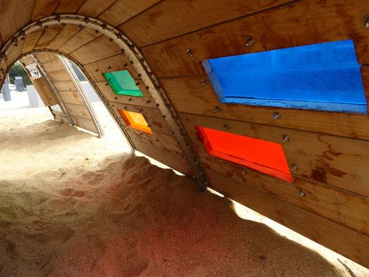 farbiger Lichteffekt im Spieltunnel