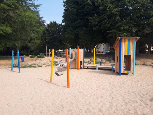 Kleinkinderspielbereich mit Kistentürmen und Spielsteg