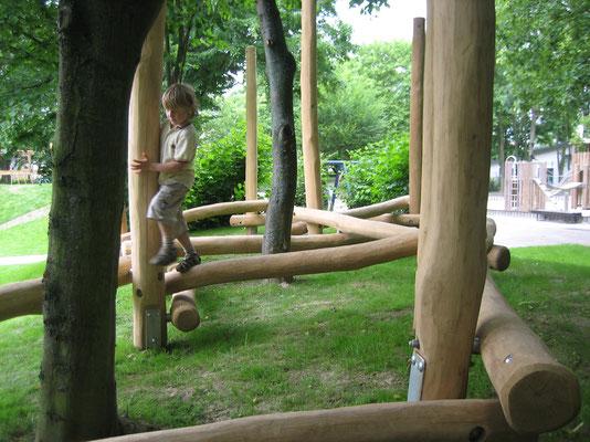Niedrigbalancierparkour im Wald, Robinienpfosten mit verzinkten Pfostenschuhen