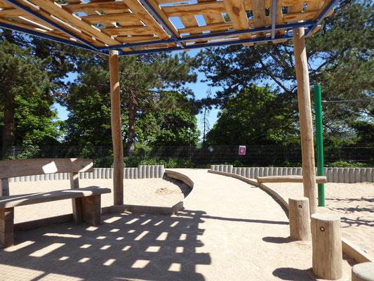 inklusiver Pavillon mit Sitzmöglichkeiten, Sandaufzug unterfahrbar