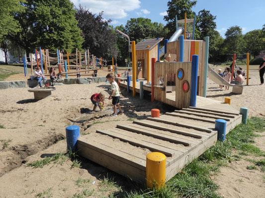 bewegter Spielsteg mit Sandspielen und Kistenhäusern