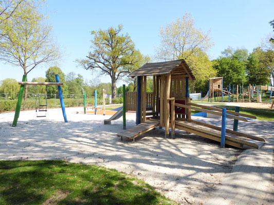 Kleinkinderbereich mit Spielhaus, Schaukel mit Pärchensitz und Sandbaustelle