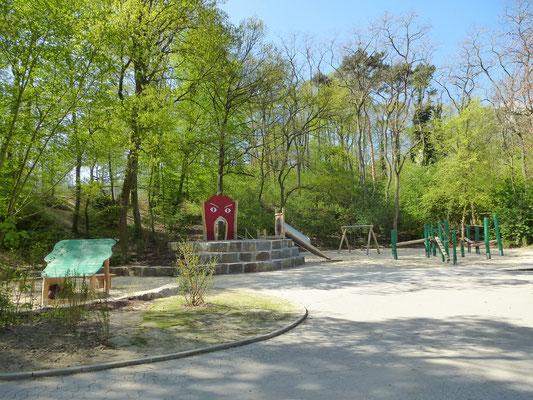 Waldspielplatz in Robinie mit Pfostenschuhen