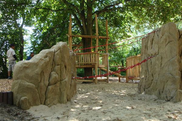 Kletterfelsen zur Hangsicherung in Kombi mit Seilen