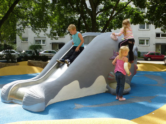 Wal mit integrierter Rutsche