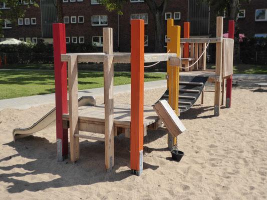 Kleinkinderspielanlage mit Bauspielanlage und Gummibrücke aus Eichenkantholz