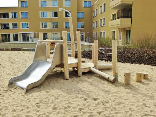 Bauspielanlage für kleine Kinder mit 1,0m breiter Rutsche, Balanciermöglichkeiten, drehbarem Sandkran und Matschtisch