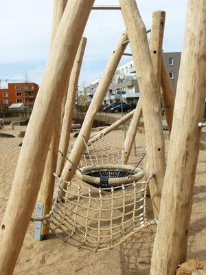 Balanciermasten mit Netzen und Körben, Robinienpfosten auf verzinkten Pfostenschuhen