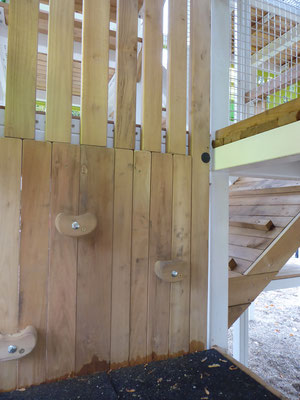 kleine Kletterwand als Einstieg in die zweite Ebene