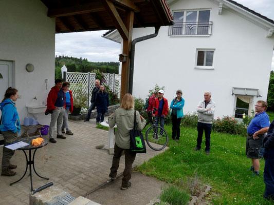 Die Teilnehmer bei der Einführung durch Rangerin Lea Stier