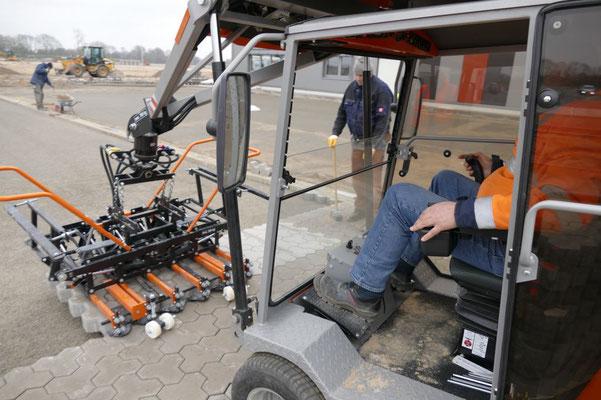 Colocación mecánica de adoquines en calles