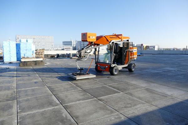 Máquina de colocación de adoquines equipada con unidad por vacío para baldosas de gran formato