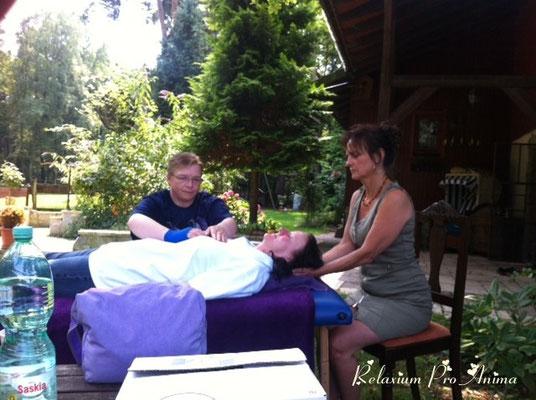 Nach der Einweihung - Sabine wird behandelt (Vorderseite)