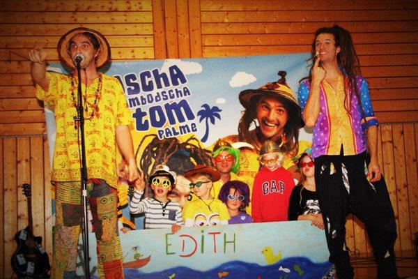 """1. Bei dem Ohrwurm """"Edith heißt meine Badewanne"""" des Duos Rodscha aus Kambodscha und Tom Palme durften einige Kinder auf der Bühne Kapitän spielen."""
